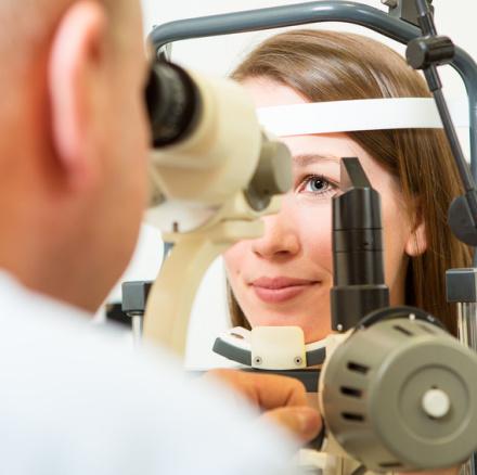 Untersuchung bei Augenarzt mit Spaltlampe