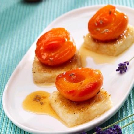 Karmelizowany blok z kuskusu, z nektarynkami i miodem