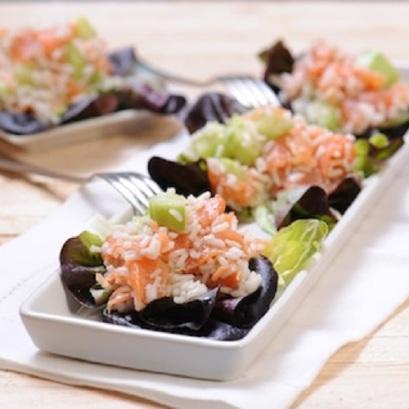 Salatka-Sushi-z-lososiem-wasabi-i-ogorkiem
