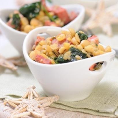 Salatka-na-cieplo-z-grochem-chorizo-i-szpinakiem