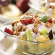 Salatka-owocowa-z-sosem-jogurtowym-posypana-otrebami