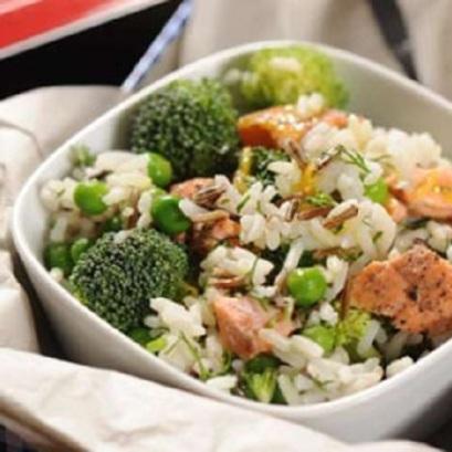 Salatka-z-mieszanego-ryzu-z-lososiem